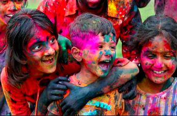 ホーリ祭りでは大人も子供も大はしゃぎ