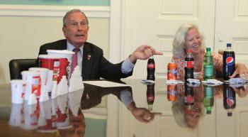砂糖の多さを記者会見するブルームバーグNY市長(2012)