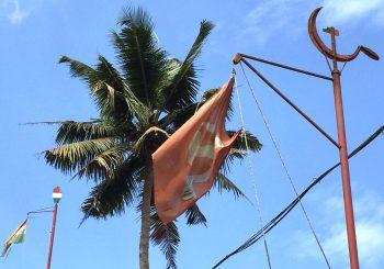 ケララの空に翻るハンマーと鎌の旗