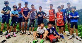 タイのサッカー少年達とコーチ